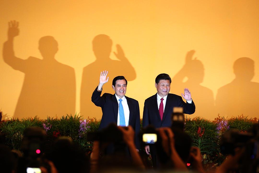 兩岸分治66年來,兩岸領導人中國國家主席習近平與台灣總統馬英九進行歷史性會面前向記者揮手。攝:盧翊銘/端傳媒