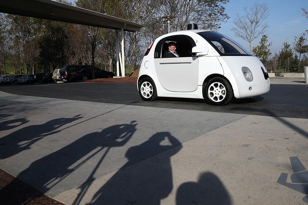 2016年2月2日,美國加州,Google 母公司 Alphabet Inc. 執行董事長施密特(Eric Schmidt)在 Google 集團總部乘坐無人加駛汽車。攝:Justin Sullivan/GETTY
