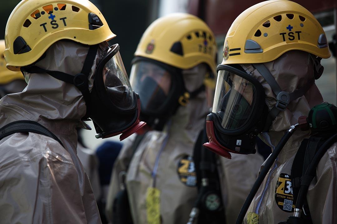 穿著B級化學保護袍的消防人員。攝:盧翊銘/端傳媒