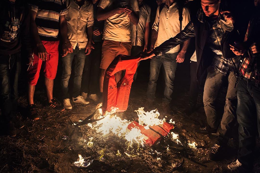 剛抵埗的敘利亞人焚燒救生衣取暖。他們在島上較偏遠的地方登岸,因此除了取暖外,亦希望以火光吸引海岸防衛隊的注意。Alessandro Penso攝:Alessandro Penso/MSF