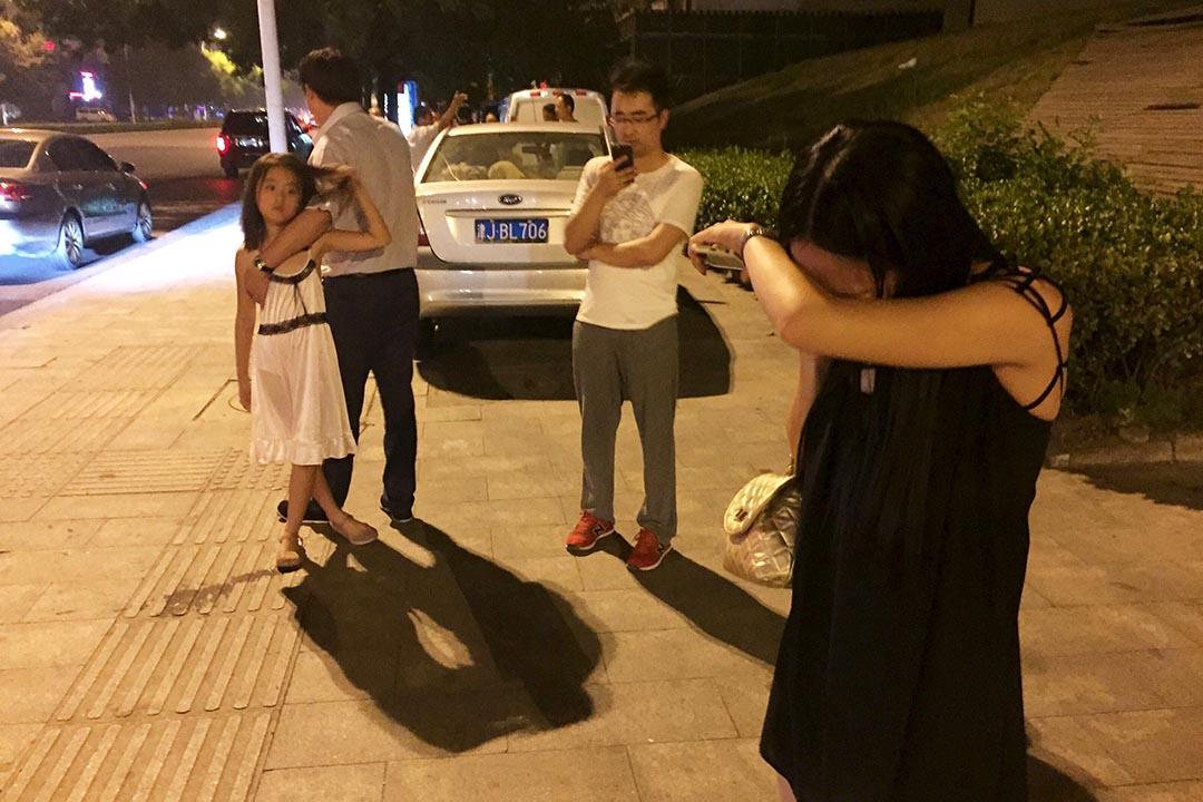 爆炸發生後,受驚的居民在路邊哭泣。攝 : REUTERS