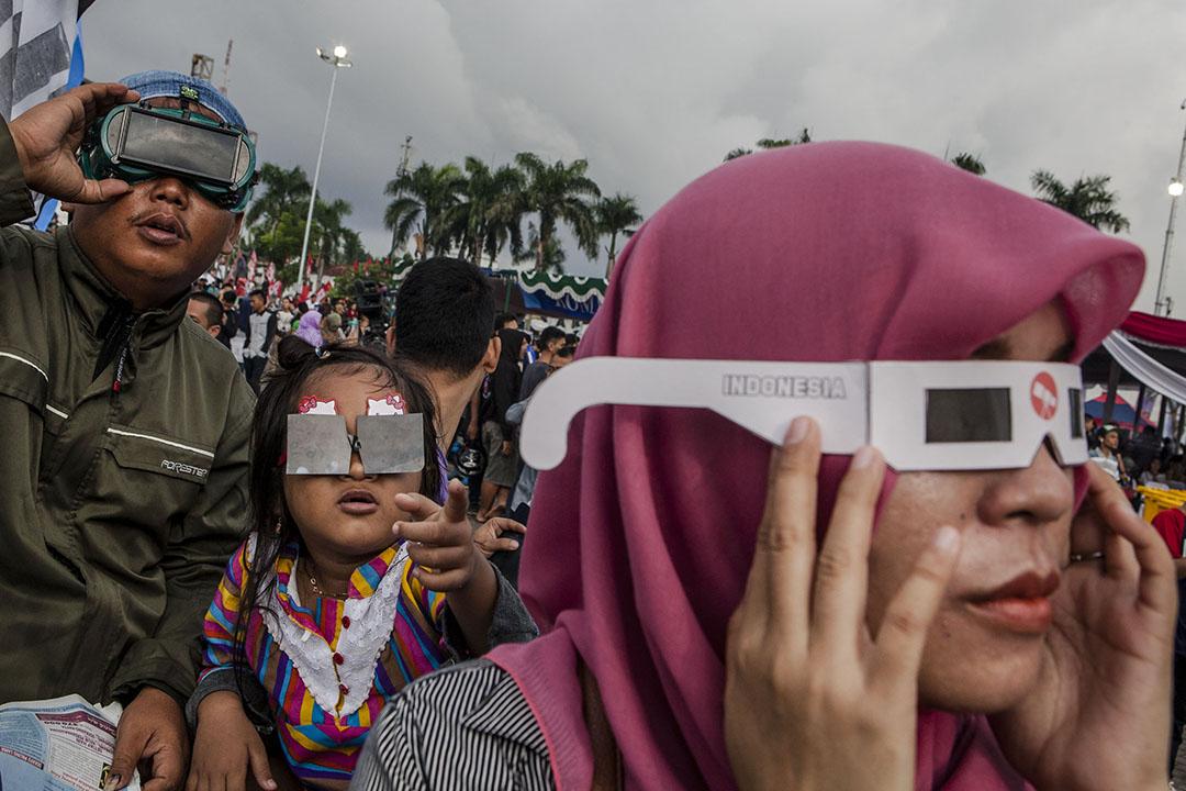 2016年3月9日,印尼,市民戴著自製的眼鏡觀看日全蝕。攝:Ulet Ifansasti/GETTY