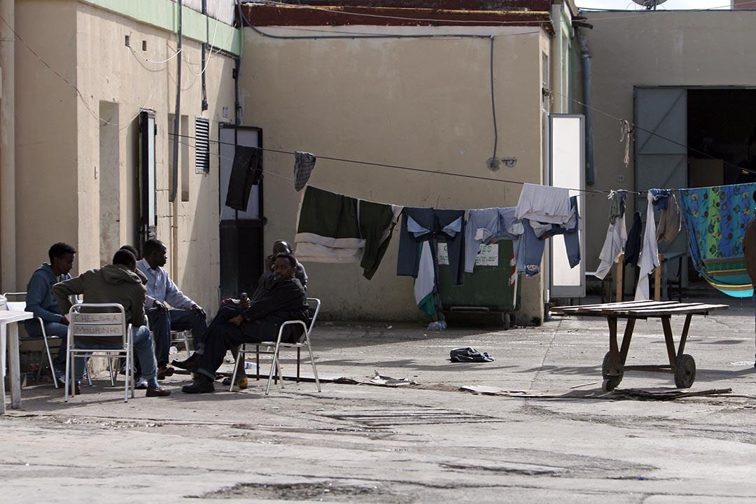 難民在Hal-Far拘留中心內互相聊天。攝 : Ben Borg Cardona/AFP