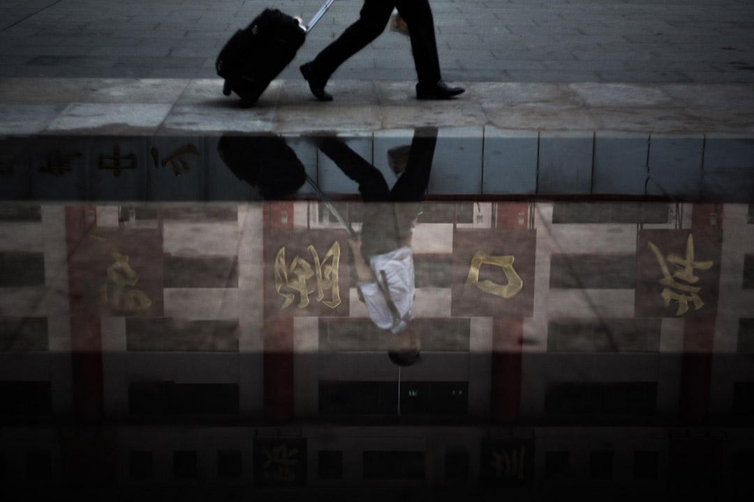 2015年7月23日,羅湖,一名男子經過邊檢大樓。攝:盧翊銘/端傳媒