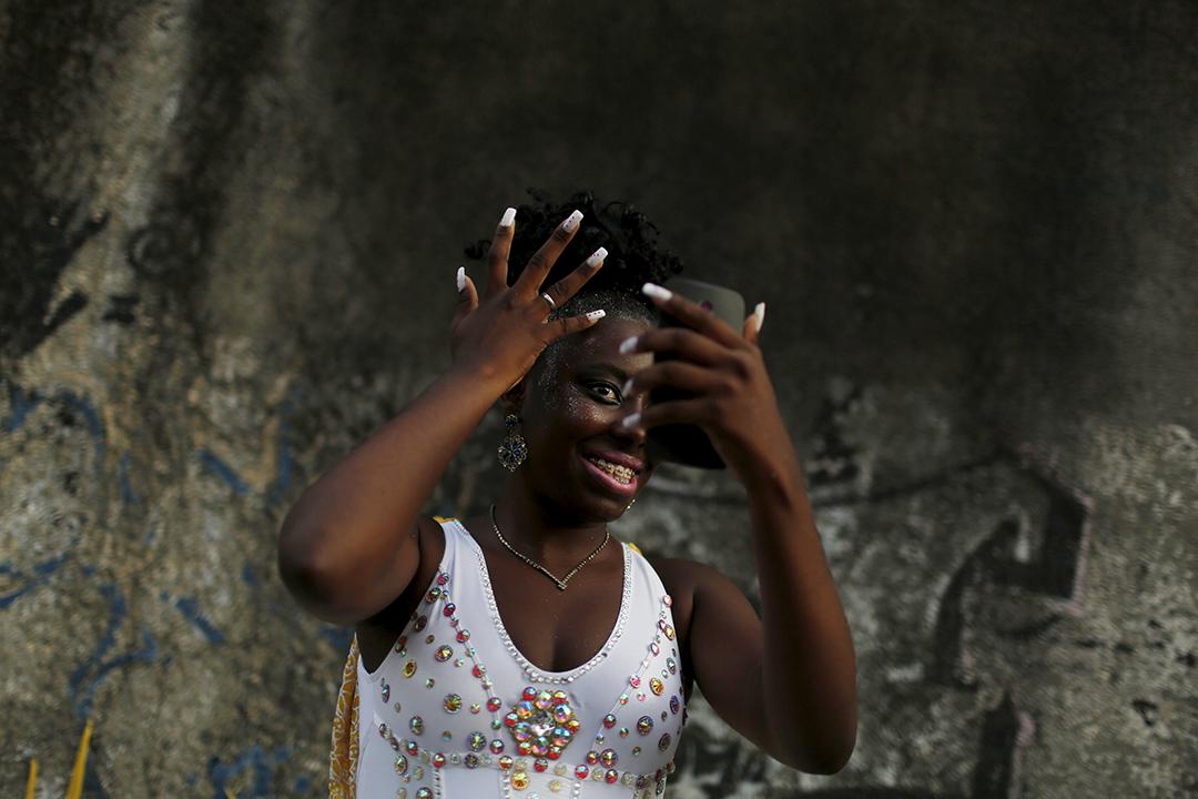 在里約熱內盧,一位表演者在狂歡節前化妝。攝:Pilar Olivares/REUTERS