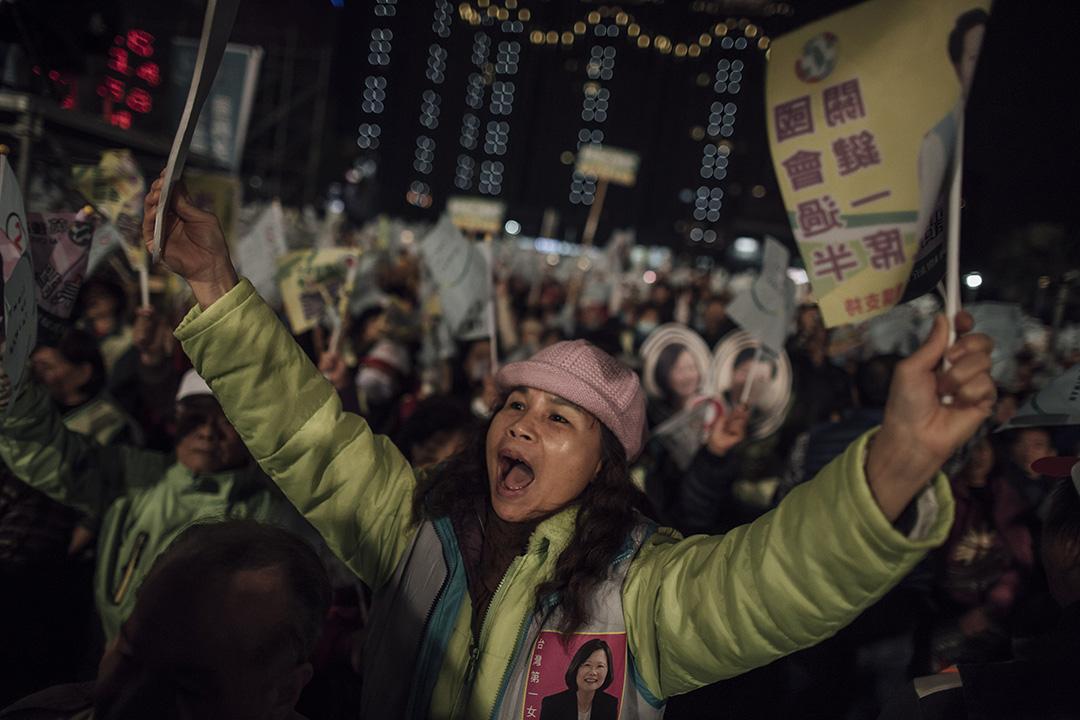 2016年1月14日,台灣,蔡英文的支持者參與桃園市造勢晚會。攝: Anthony Kwan/ 端傳媒