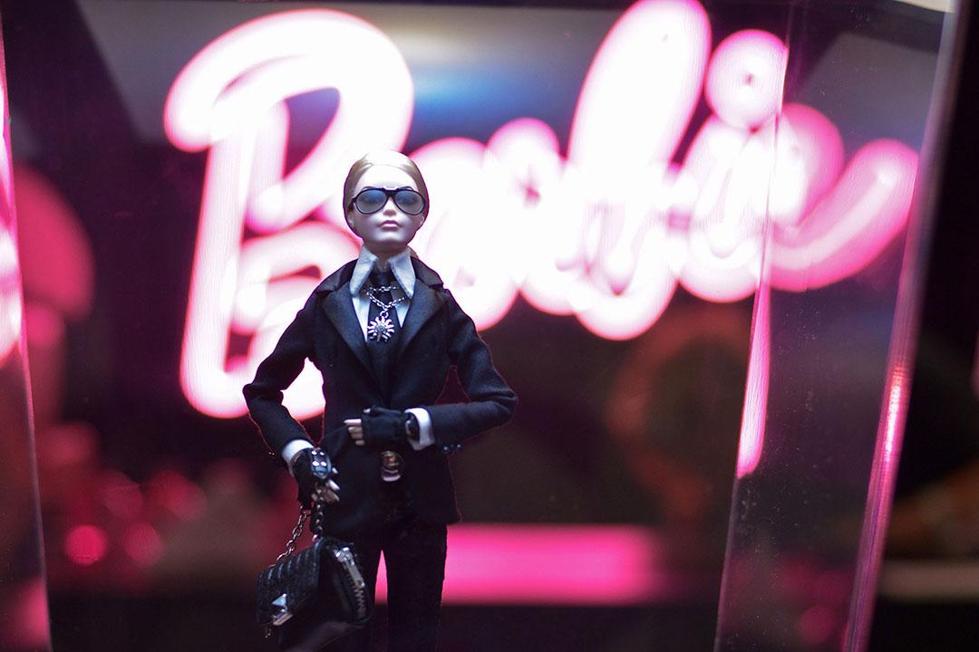 巴西的芭比娃娃展覽展出穿西裝的芭比娃娃。攝:Studio Fernanda Calfat/GETTY