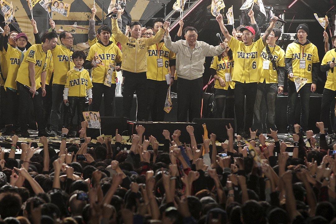 2015年12月26日, 時代力量立委候選人及閃靈樂團主唱林昶佐,舉行音樂會期間邀台北市長柯文哲合唱。攝:Pichi Chuang/REUTERS
