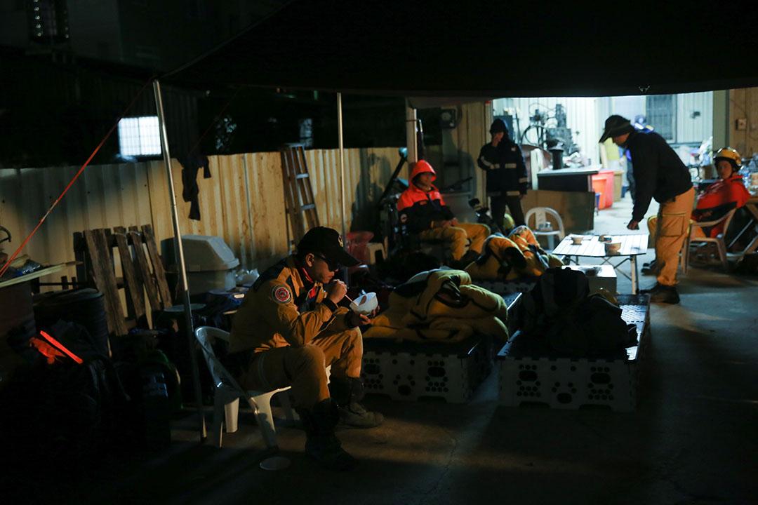 2016年2月7日,台南,消防員晚上在露天的休息站小休。攝:徐翌全/端傳媒