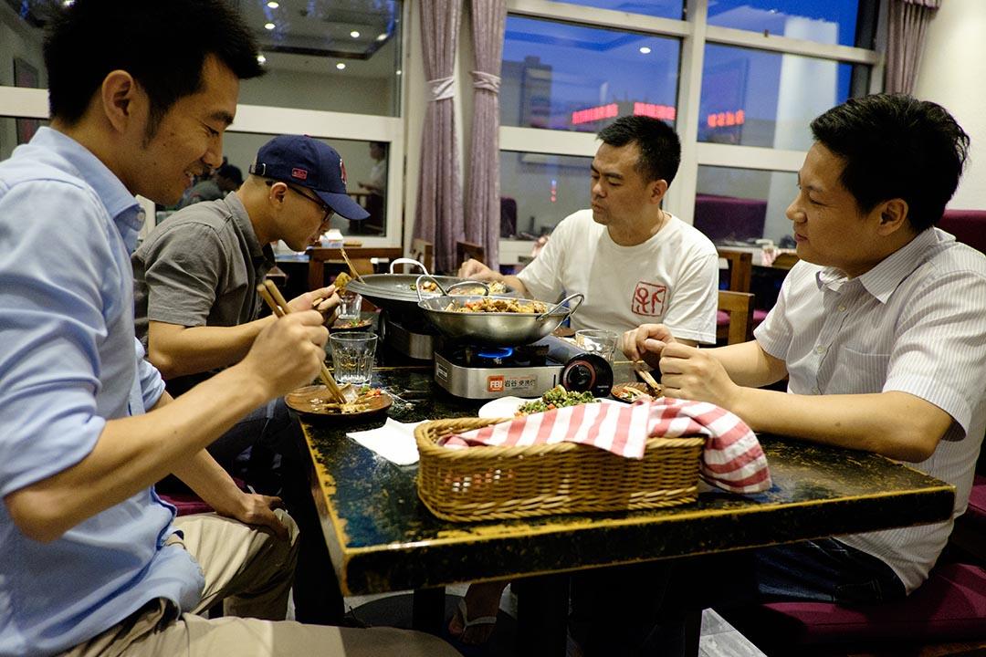 「湖南四害」在湘味兒餐廳吃飯。攝:Nicola Longobardi/端傳媒