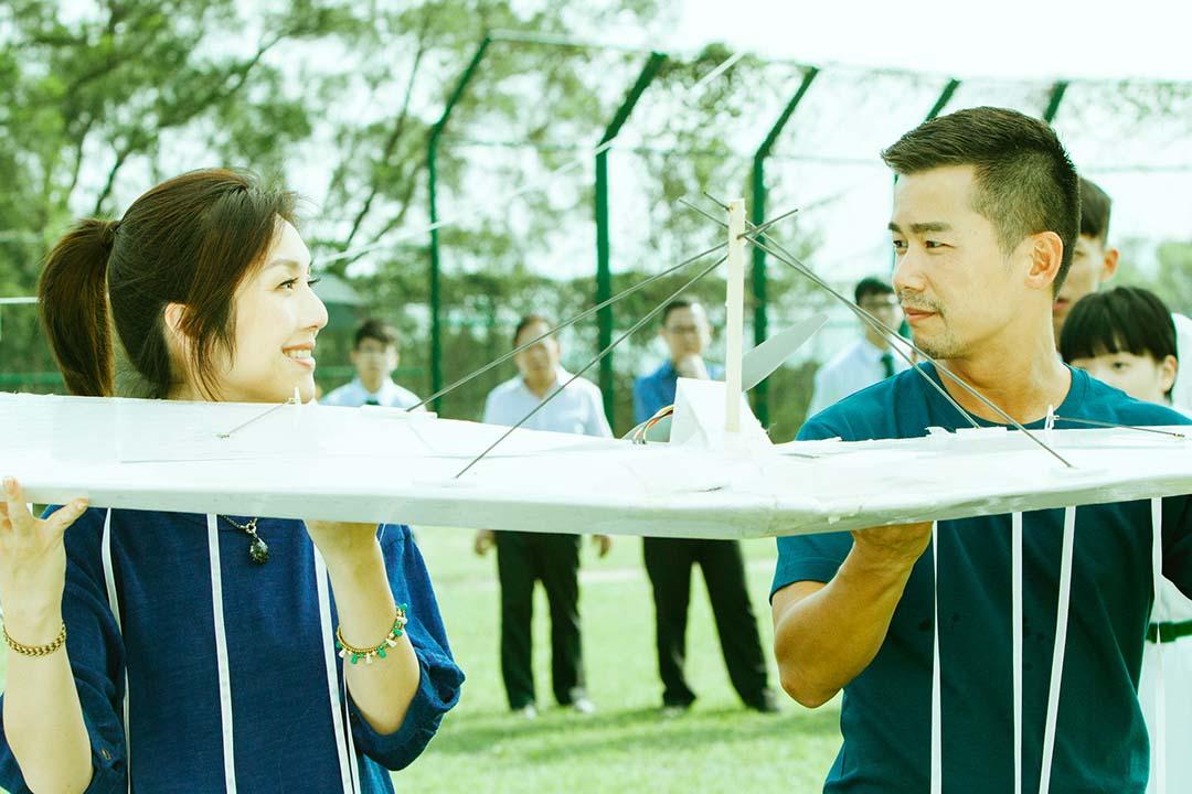 《哪一天我們會飛》最初的片名是《愛的根源》,一度易名《差一點我們會飛》,這七個字,說的亦是香港的處境。圖片為電影劇照