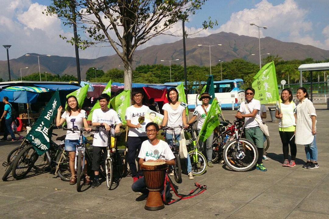 初次參選八鄉選區的朱凱迪與助選團騎單車拉票。攝:陳嘉茵/端傳媒