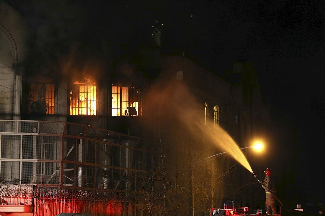 消防員在灌救被伊朗示威者焚燒沙特駐伊大使館。攝 : REUTERS/TIMA/Mehdi Ghasemi/ISNA