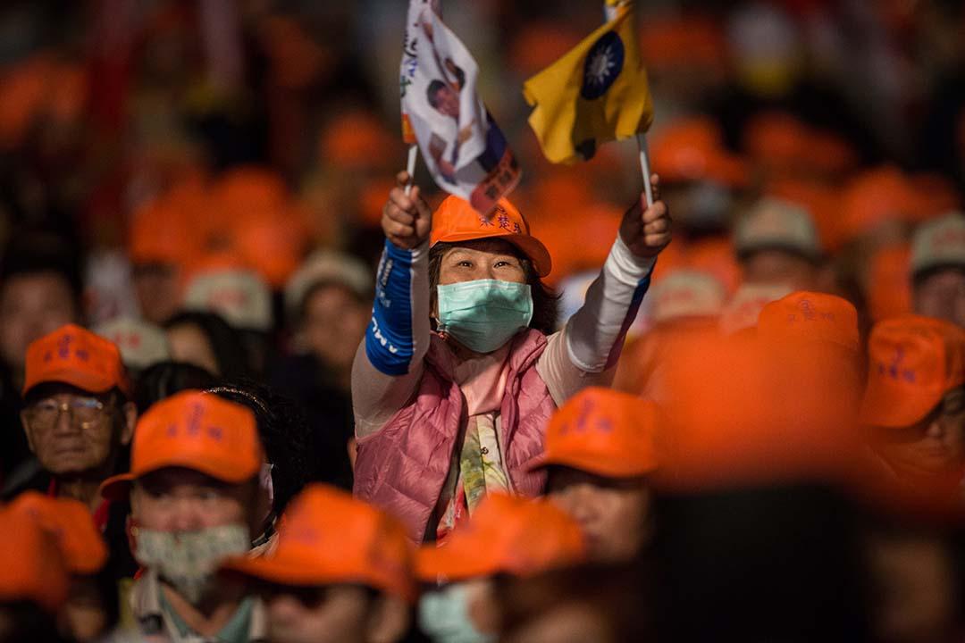 親民黨台中造勢晚會,動員了新竹、苗栗、台中、彰化、南投五個縣市的支持者參加,大部分的人戴上了橘色棒球帽。攝:Billy H.C. Kwok/端傳媒