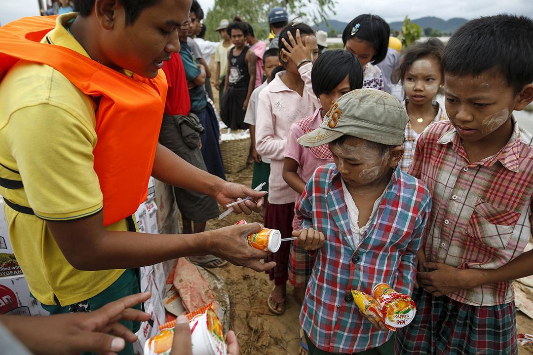 受災的緬甸男童領取緩助者捐出的食物。攝: Soe Zeya Tun /REUTERS