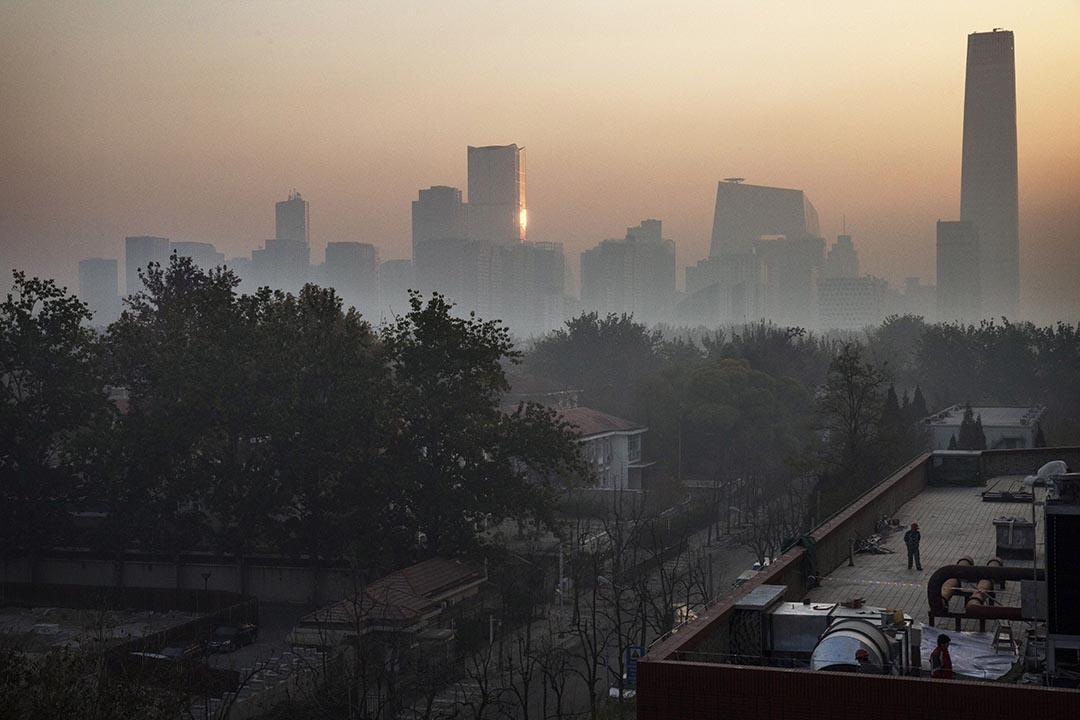 閱兵結束後,北京維持多日的藍天迅速被霧霾取代。攝 : Kevin Frayer/GETTY
