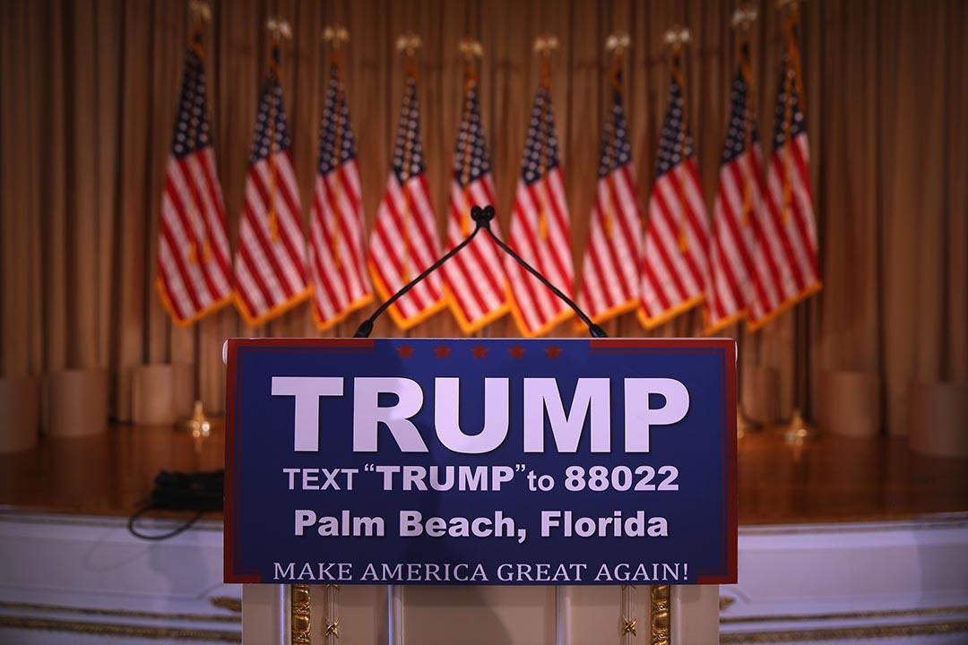 「超級星期二」,特朗普支持者在造勢集會中等待特朗普上台演說。攝 : John Moore/Getty Images