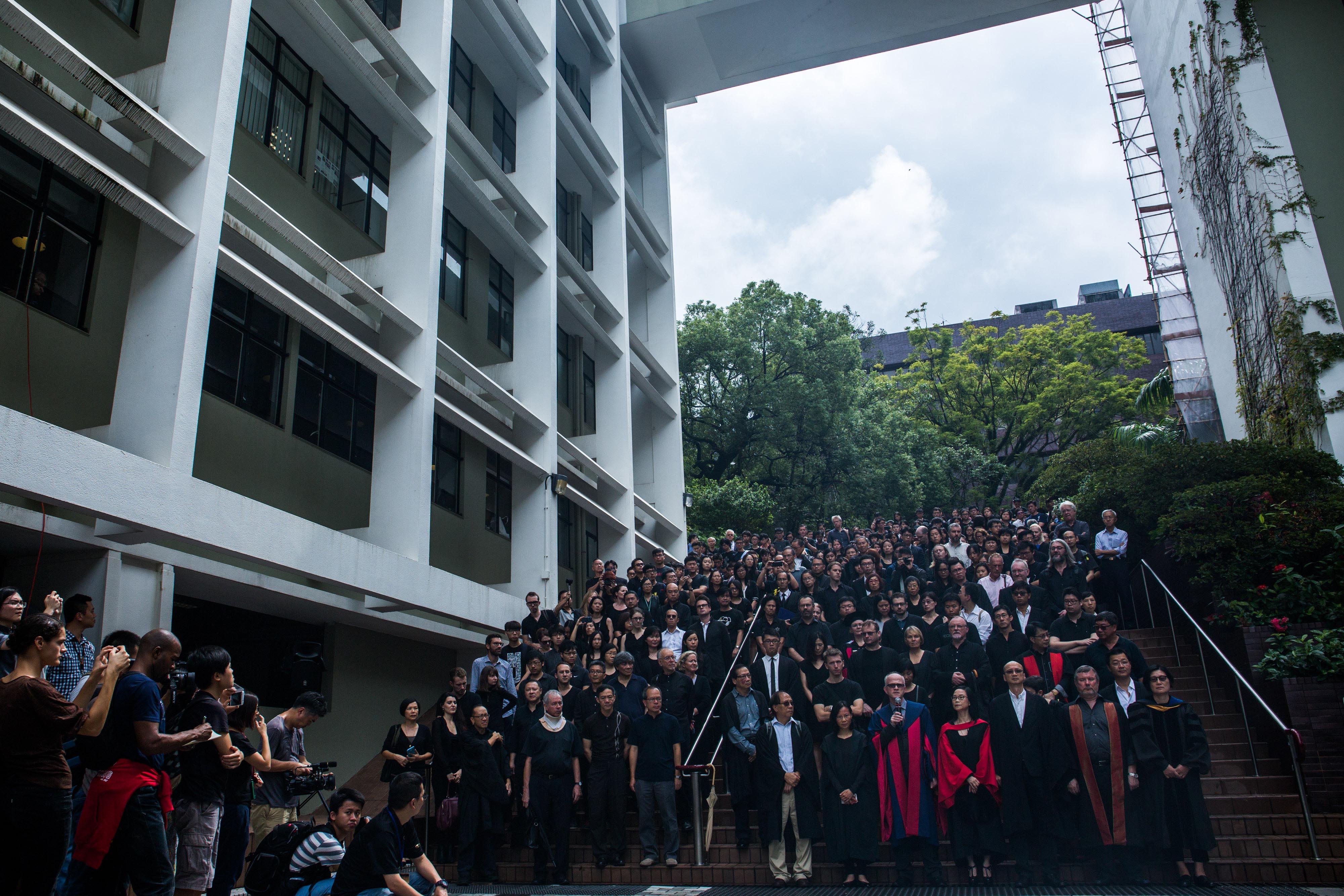 約2000名港大師生參與10月6日的靜默遊行。攝:盧翊銘/端傳媒