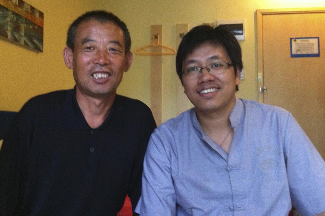 2011年9月,失明维权人士陈光诚之兄陈光福(左)与郭玉闪(右)合照。摄:REUTERS