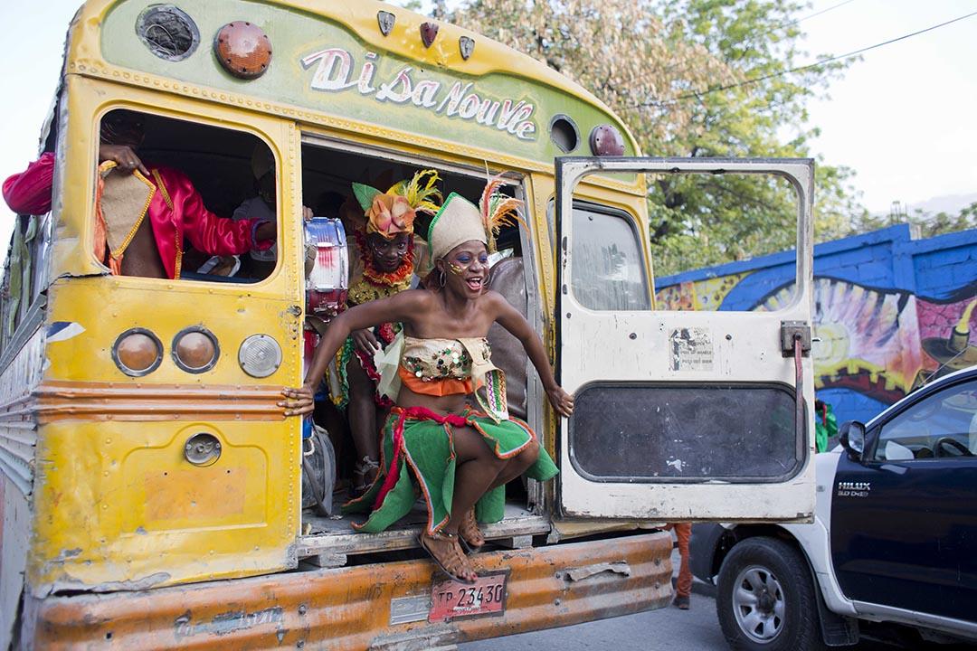 狂歡節最後一天,海地太子港的舞者們下車,前往晚上的遊行。攝:Dieu Nalio Chery/AP Photo