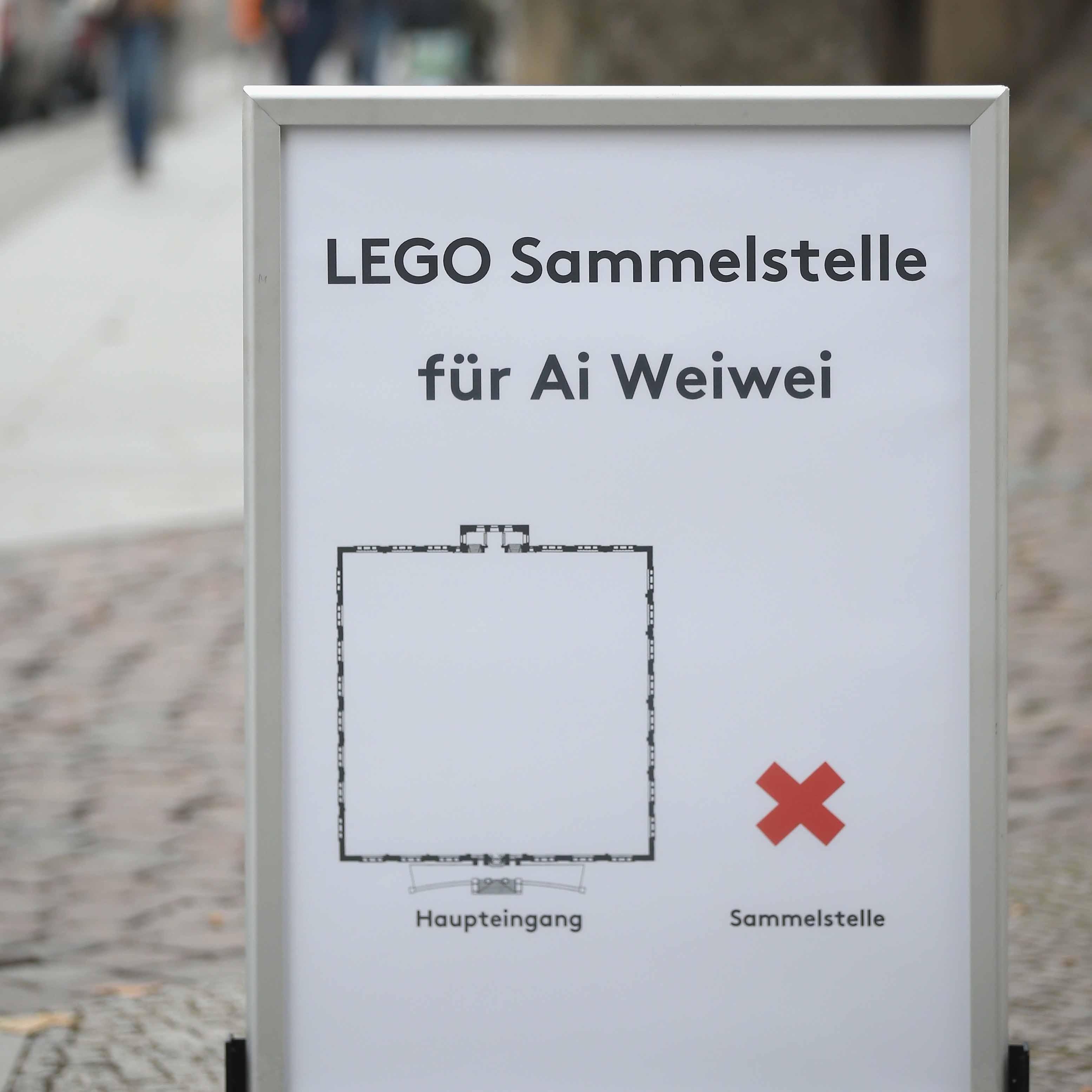 10月31日,德國柏林一所美術館在門外豎立告示牌,公開收集LEGO給艾未未。攝:Sean Gallup/GETTY