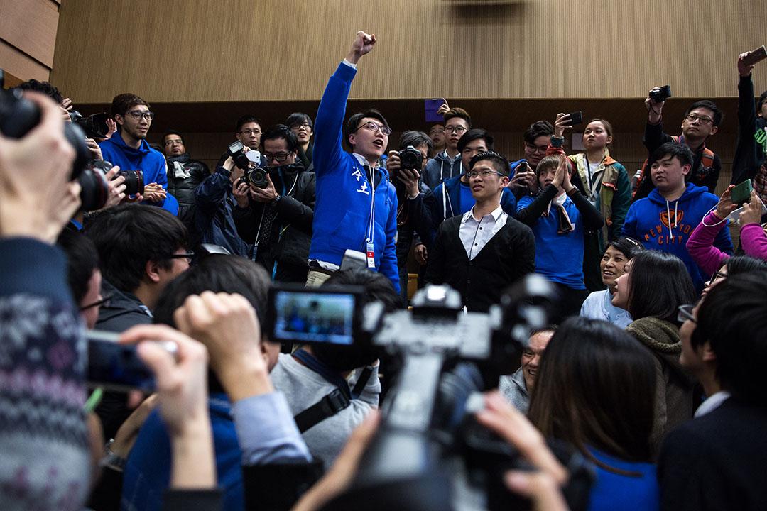 2016年2月28日,香港, 參與新界東立會議席補選的本土民主前線候選人梁天琦在調景嶺選舉中心內向支持者喊口號。攝:盧翊銘/端傳媒