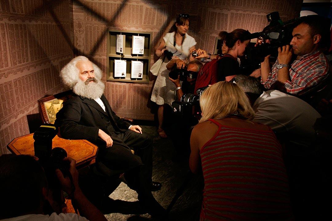 德國柏林杜莎夫人蠟像館擺放了馬克思的蠟像,博物館於2008年開幕時不少記者前往採訪。攝:Steffen Kugler/GETTY