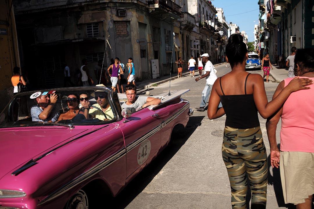 市民在哈瓦那的街道上行走。攝 : Noah Friedman-Rudavsky/端傳媒