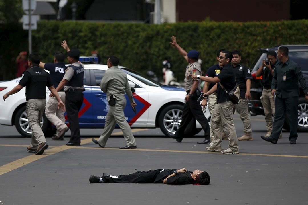 一名傷者倒臥地上。攝:Darren Whiteside/REUTERS