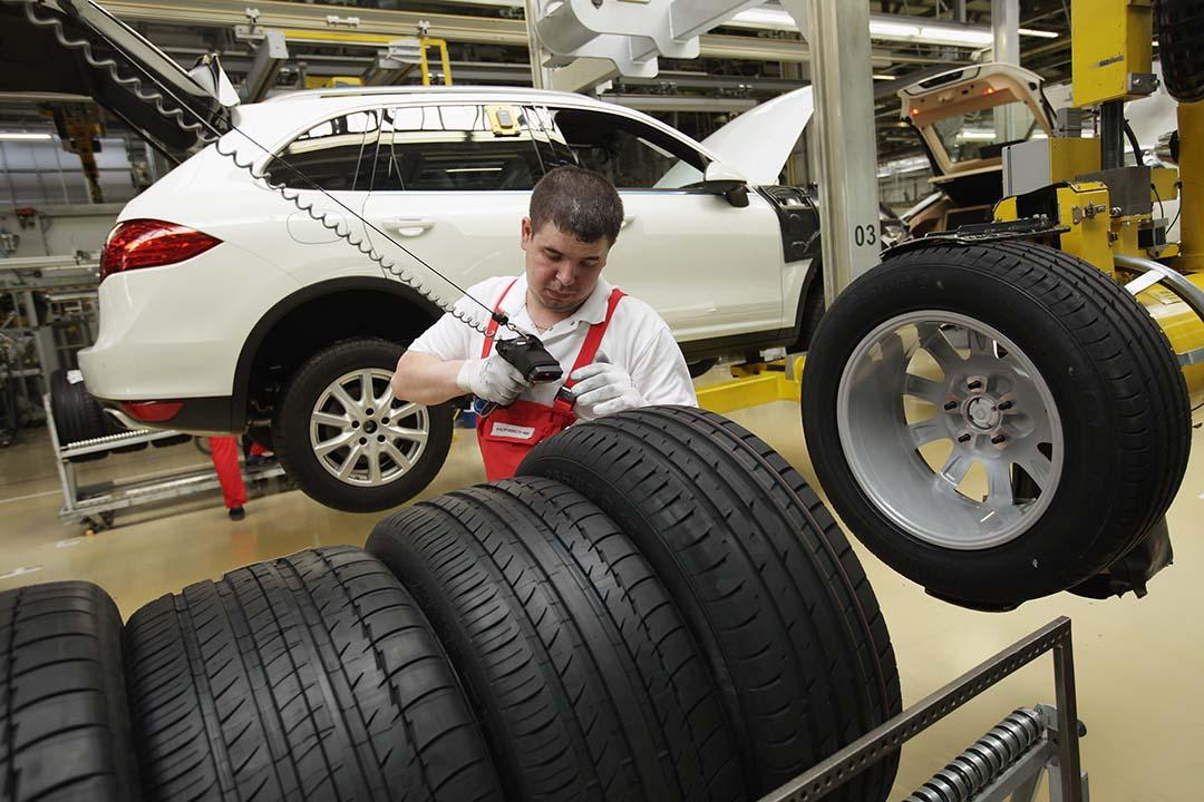 德國萊比錫的保時捷工廠工人組裝保時捷卡宴(Porsche Cayenne)汽車。攝:Sean Gallup/Getty