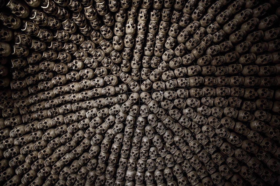 在佛學院內擺放的假頭骨。攝:Kevin Frayer/Getty Images