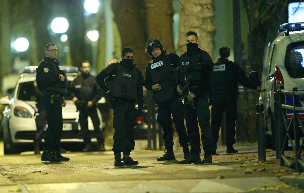 11月18日,巴黎警方在北部郊區聖丹尼(Saint Denis)執行追捕行動時與恐襲案嫌犯發生槍戰。攝:REUTERS/Christian Hartmann