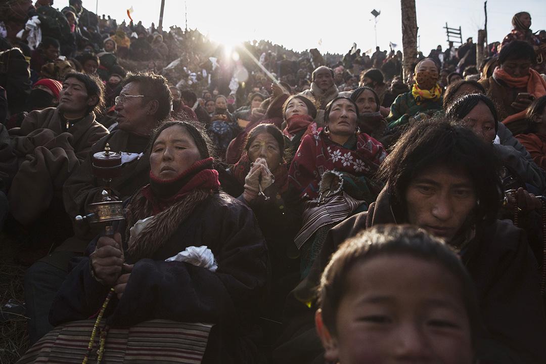 喇嘛、出家人以及研究佛學的學生在色達喇榮五明佛學院內念經及祈福。攝:Kevin Frayer/Getty Images