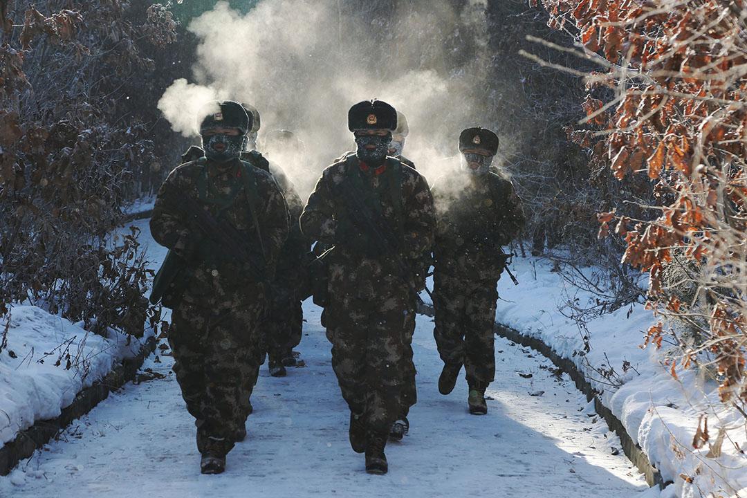 2016年1月14日,中國黑龍江,解放軍在攝氏零下30度的嚴寒中步操。攝: China Daily/REUTERS