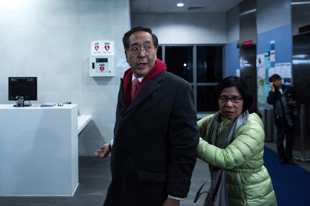 2016年1月26日,李國章首次主持港大校委會議後,於大樓外遇見大批示威學生需要退回大樓內暫避。攝:盧翊銘/端傳媒