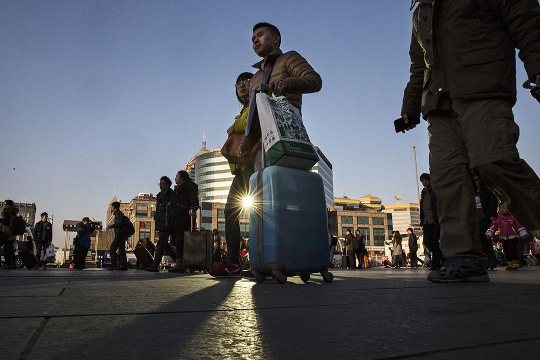 2015年2月17日,北京,市民帶同行李準備回鄉。攝:Kevin Frayer/GETTY