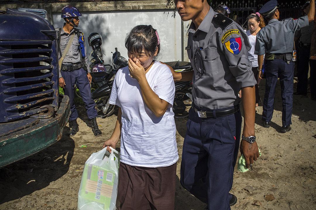 女犯人拿著親友送來的中國食品走進法庭。攝: Minzayar/端傳媒