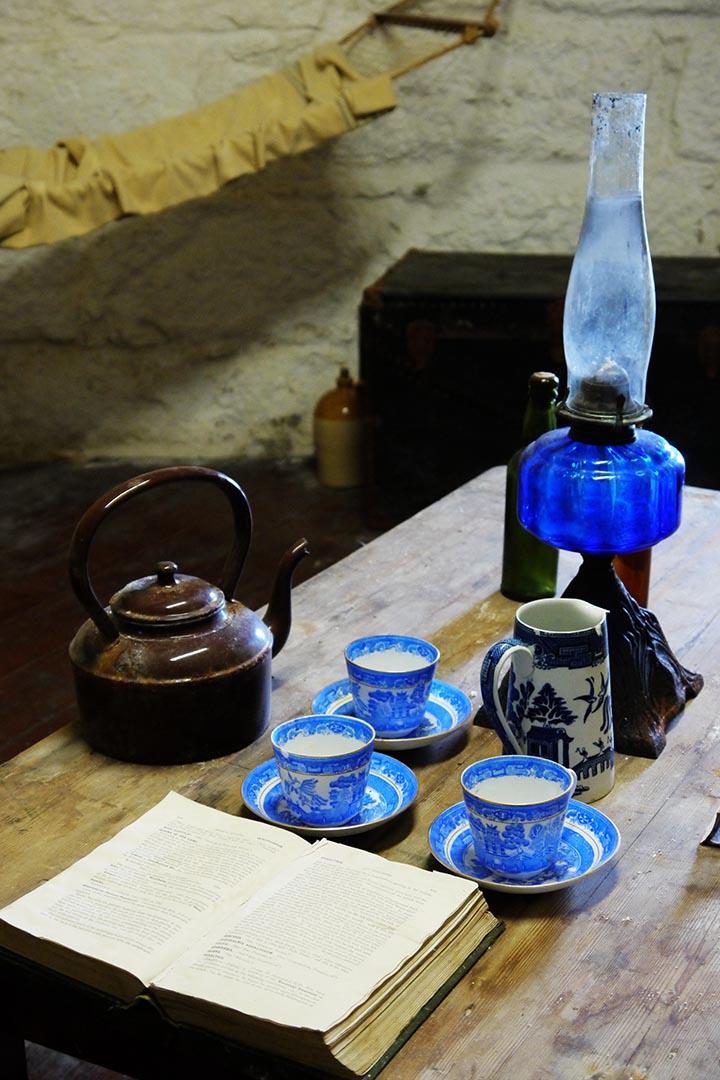 圓堡裏復原的喬伊斯塔:1904年他與朋友曾在此小住。1914年他開始寫《尤利西斯》第一章時,將這裏作為故事發生地。七十年代在此成立《尤利西斯》紀念地,桌上的三隻杯子便是第一章裏出現的斯蒂芬與兩個朋友用的,旁邊的牛奶壺裏盛的就是村裏不會講凱爾特語的老太婆送來的新鮮牛奶。攝:陳丹燕