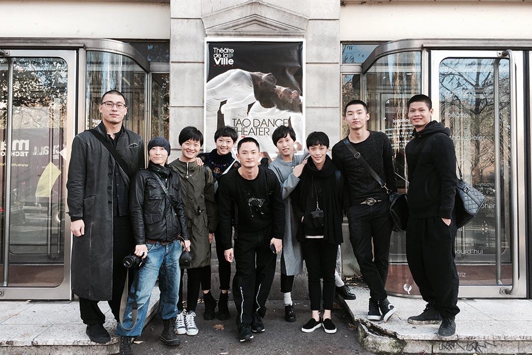 陶冶(左一)和舞團成員在演出前在巴黎城市劇院門口合影。照片由受訪者提供