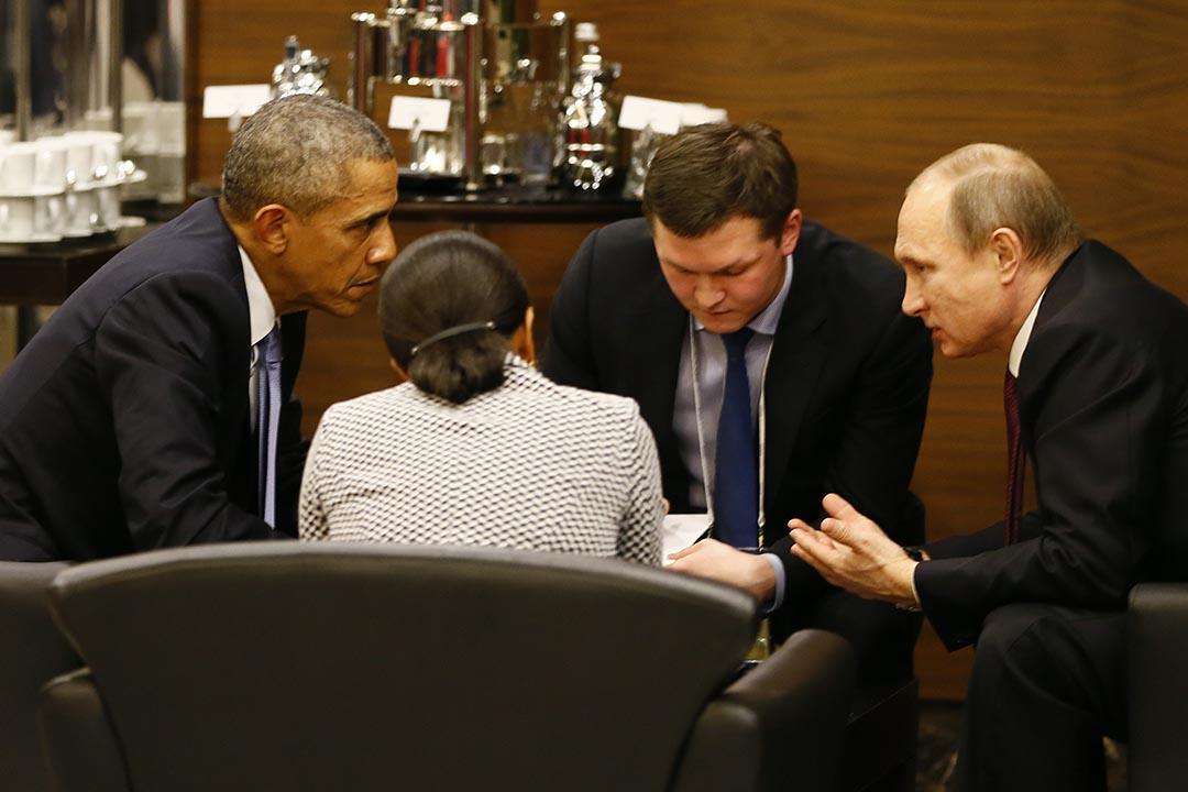 11月15日,美國總統奧巴馬與俄羅斯總統普京在出席 G20 峰會期間,於咖啡桌前進行非正式會晤。攝:Cem Oksuz/Anadolu Agency via AP/Pool