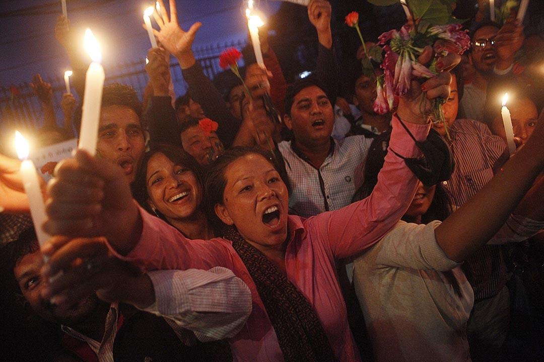 2015年9月17日,尼泊爾一些就讀共產背景大學的學生點起蠟燭,慶祝尼泊爾新憲法通過。攝 : Niranjan Shrestha/AP