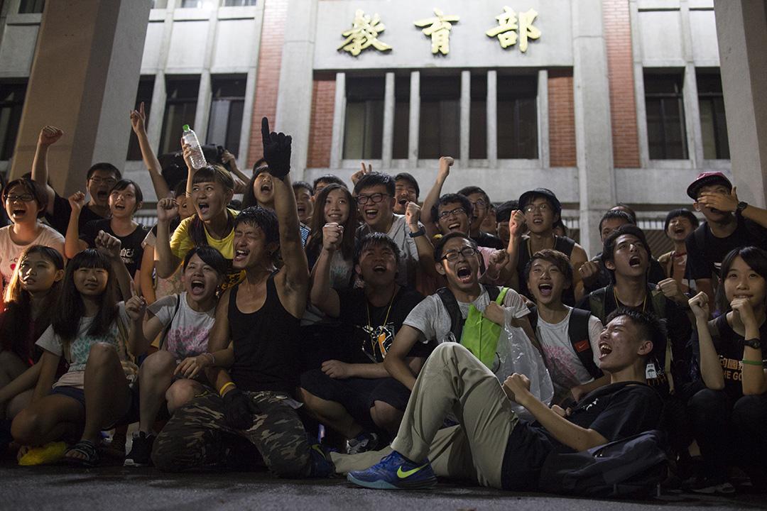 2015年8月6日,學生佔領教育部第8天,學生代表宣佈因天氣影嚮,決定退場,學生於教育部前留影。 攝:葉家豪/端傳媒