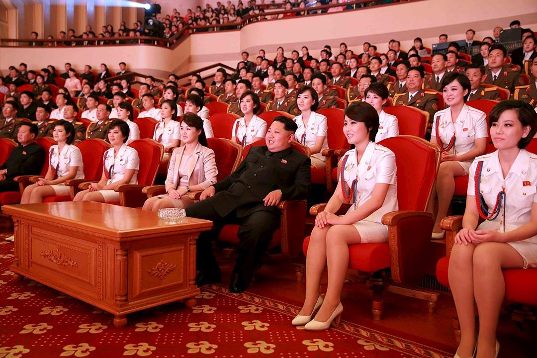 2015年10月19日,北韓最高領導人金正恩跟夫人李雪主出席勞動黨建黨70周年慶祝活動。攝:KCNA via REUTERS