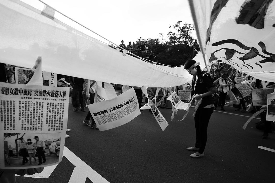 12月13日,近千東南亞外勞遊行至民進黨總統參選人蔡英文的競選總部,遞上要求「照顧正義」、脫離「奴工」現狀的陳情書。攝 : 鐘聖雄