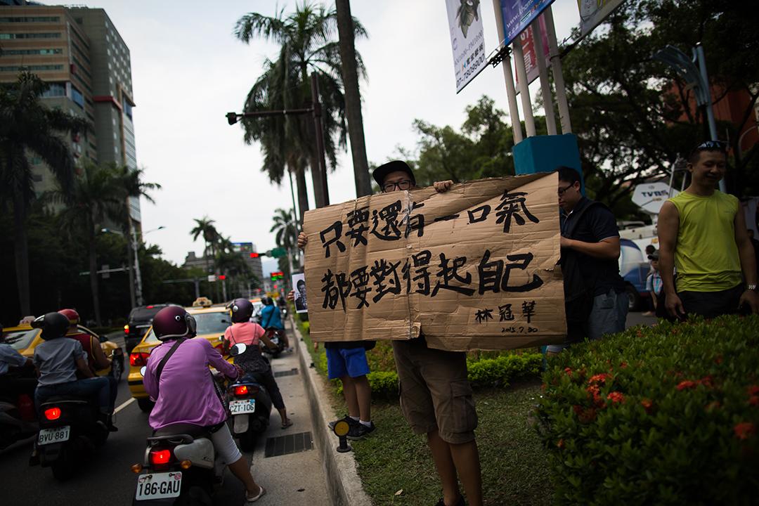 民眾於教育部外聚集,向路過的車輛展示林冠華的標語。攝: Billy H.C. Kwok/ 端傳媒