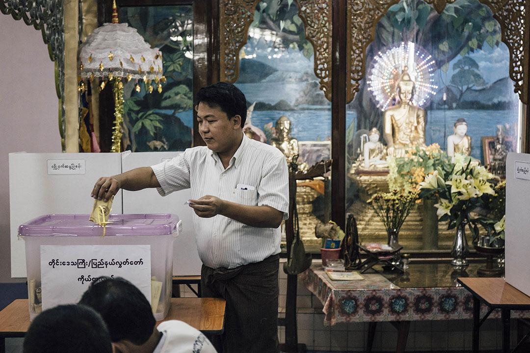 2015年11月8日,緬甸仰光一所和尚學校被借用為票站,選民填寫選票後把選票放進票箱。攝:Anthony Kwan/端傳媒
