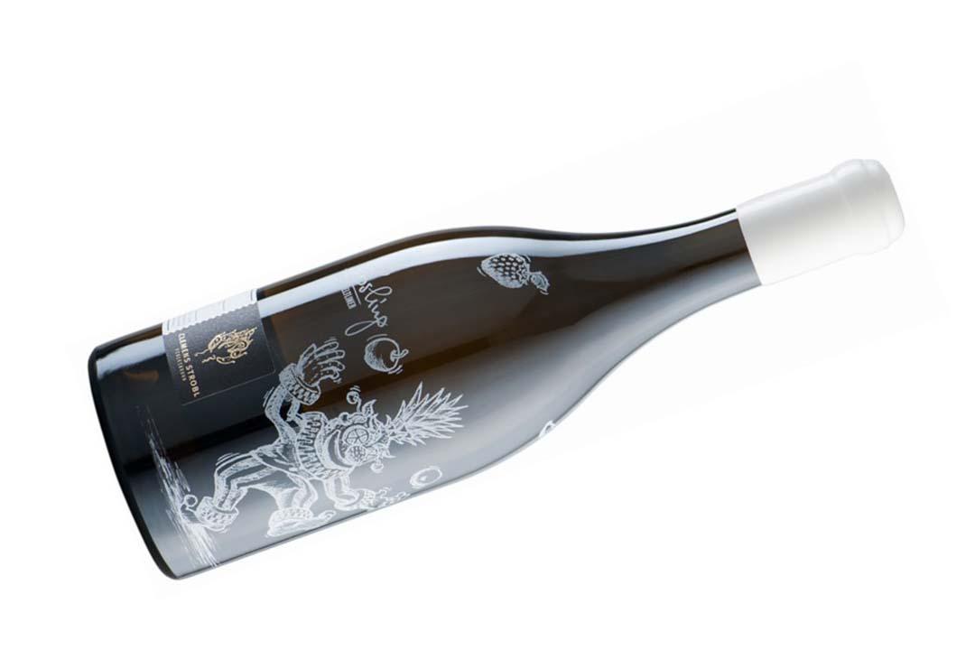Clemens Strobl Grüner Veltliner Losling 2013 - Clemens Strobl 是奧地利 Wagram 區的精品酒莊(Boutique Winery),其產量不多,而且大部份工序都以人手製作而成。拔開瓶塞,酒色呈閃亮的檸檬黃,入口富有杏甫、芒果和礦物的味道,果味很豐富,酸度也很適中,餘韻帶點微甘,如果皮的味道,口感幼滑得如牛油一樣,細緻迷人。