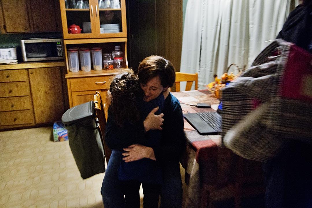 傍晚,Holly四歲的女兒Kaylee由她爸爸送回家來。攝 : Hai Zhang/端傳媒