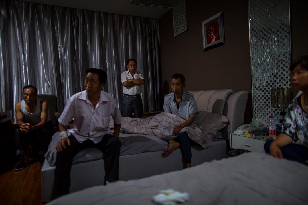 2015年8月16日,天津,失聯消防員張素梅的家屬,在酒店等侯消息。