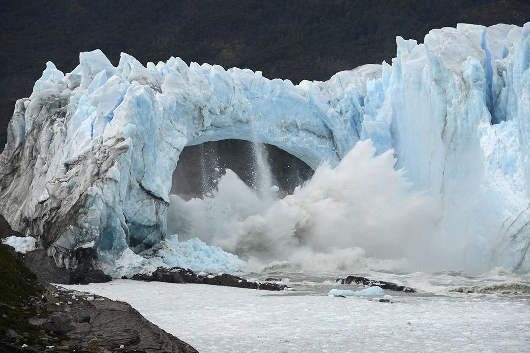 2016年3月10日,阿根廷,巴塔哥尼亞地區的冰川融化,冰塊跌落湖中。攝:Francisco Munoz/AP